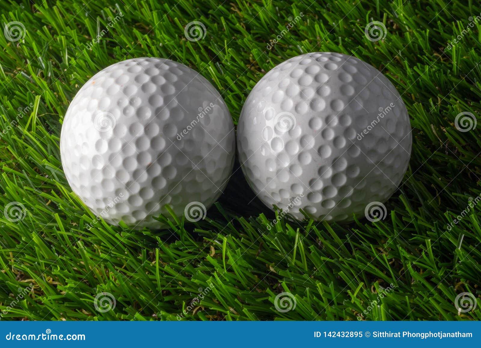 Golfboll två på gräs