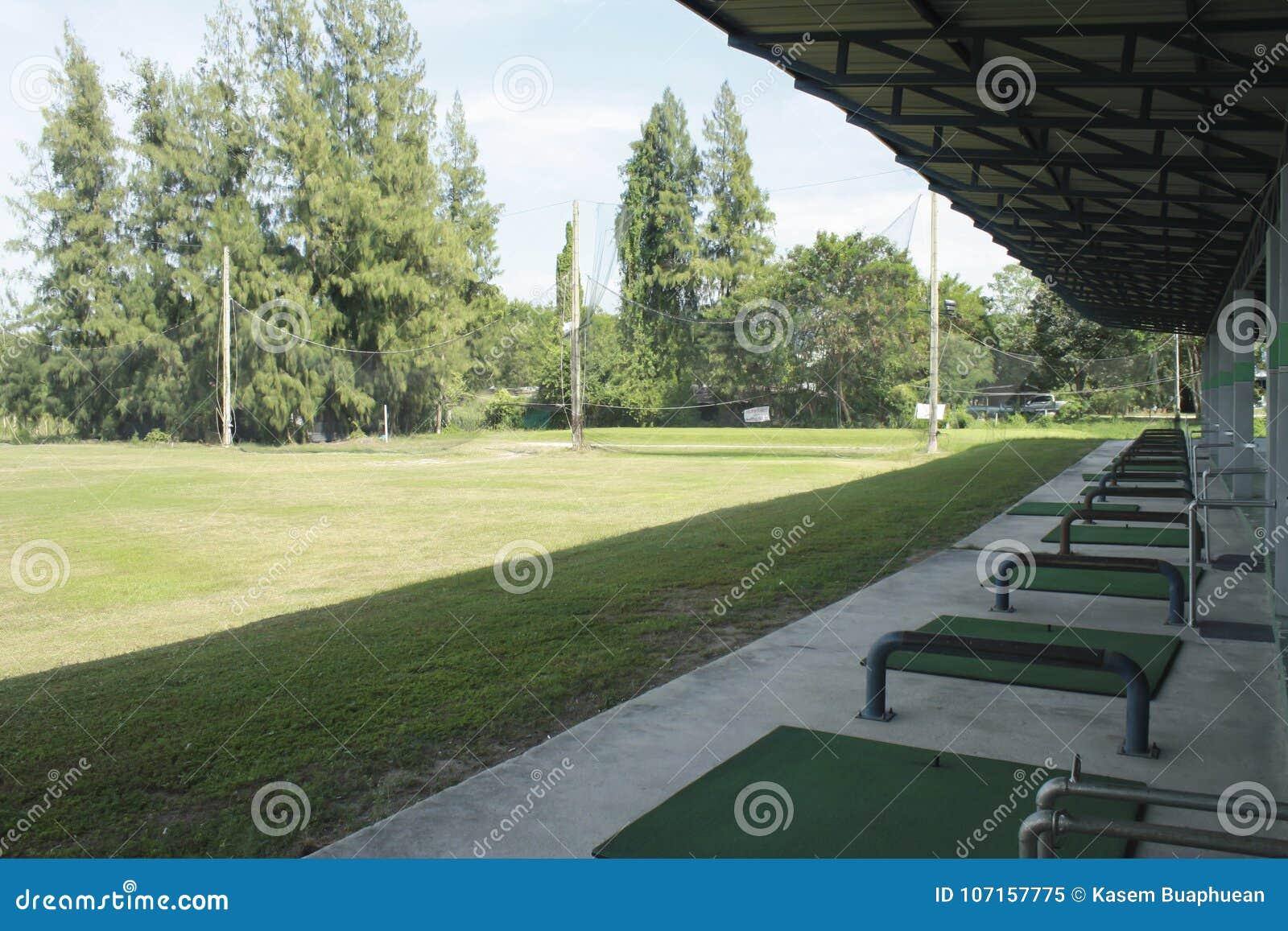Golfcursus en golfballs bij het drijven van waaier, mening van een golfcursus