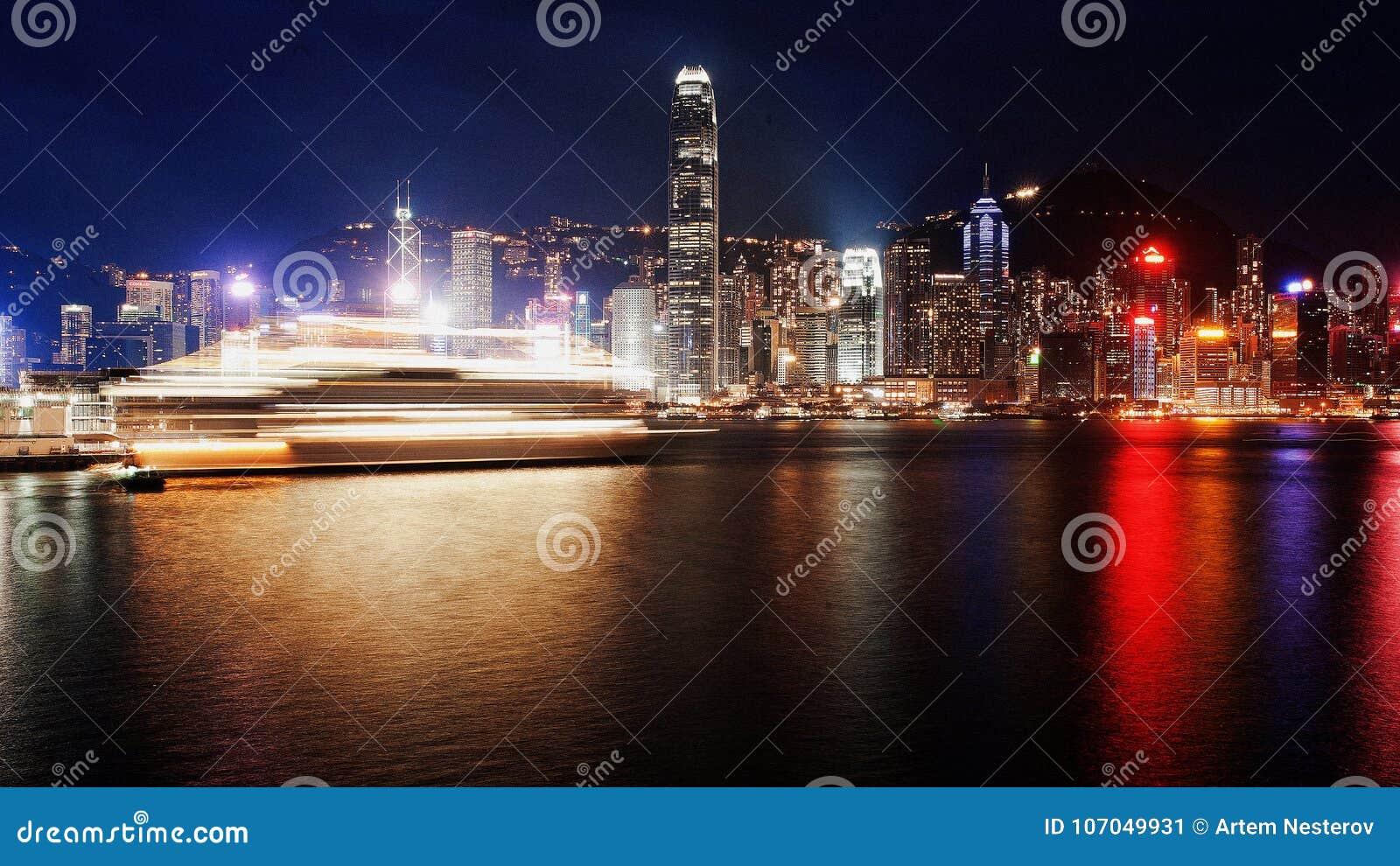Golfen av en storstaddrunkning i bränder färjaseglingen på havet Hong Kong