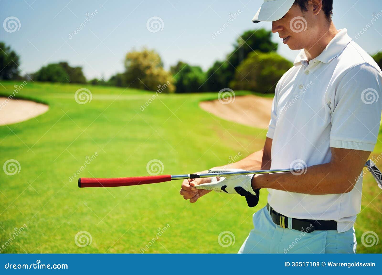 Golfeur enlevant le gant