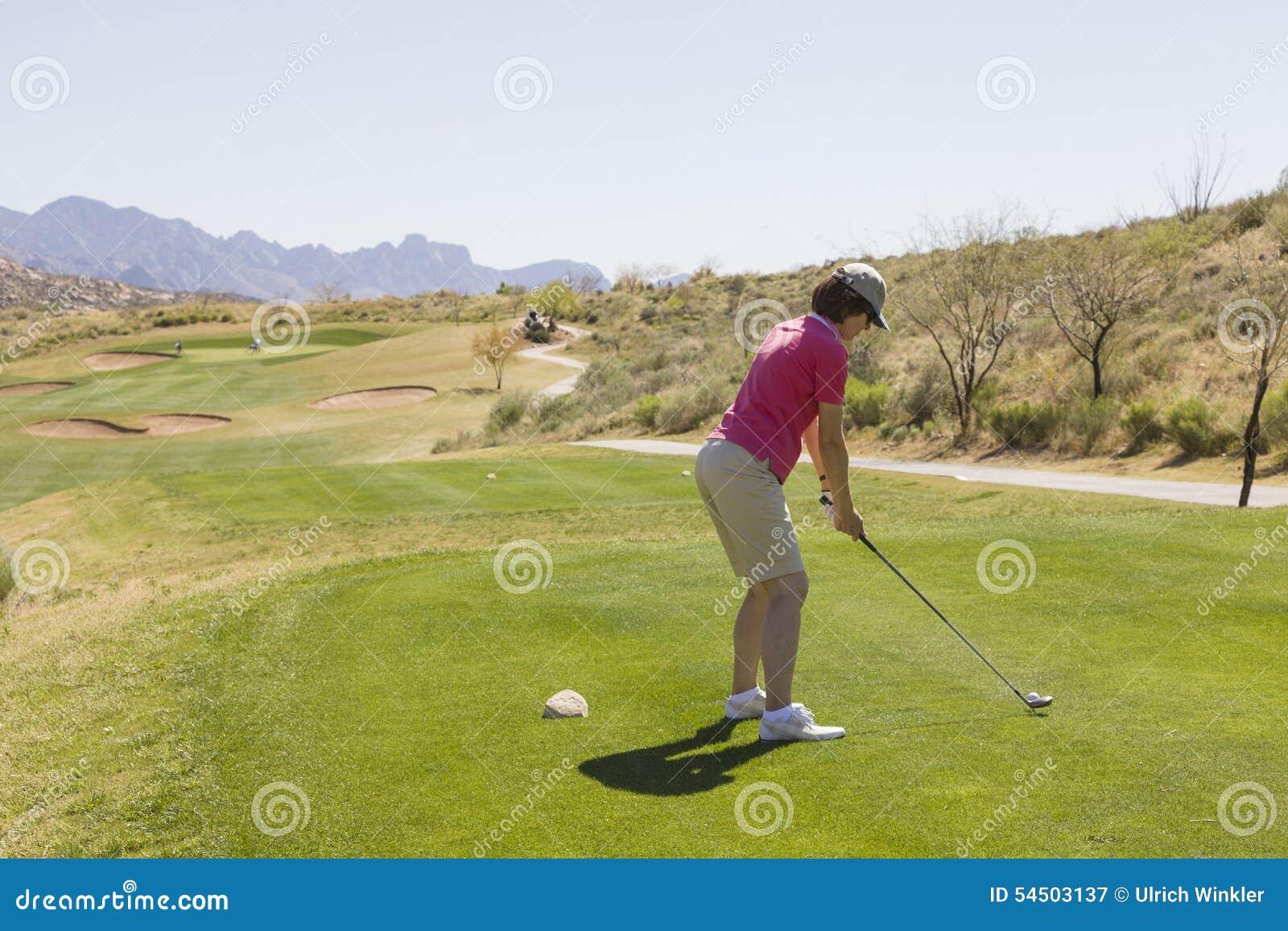 Golfeur féminin à la boîte de pièce en t
