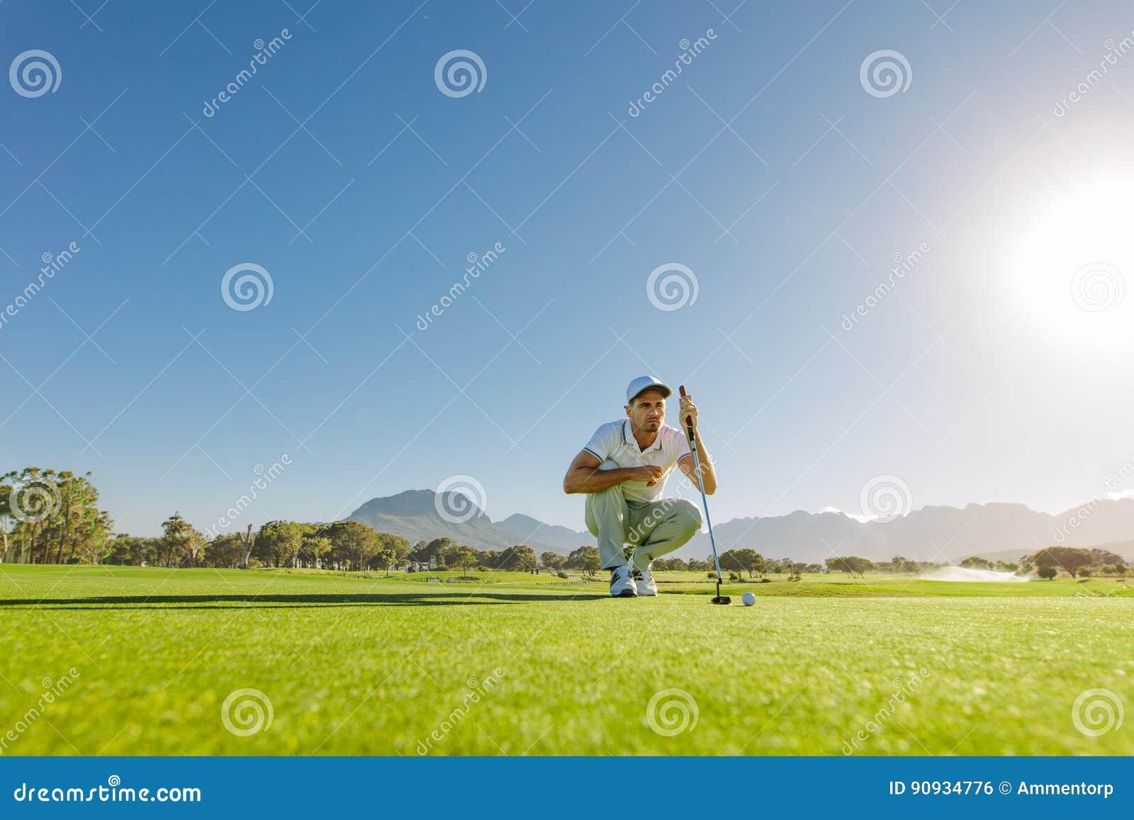 Golfeur visant à rendre son prochain putt parfait