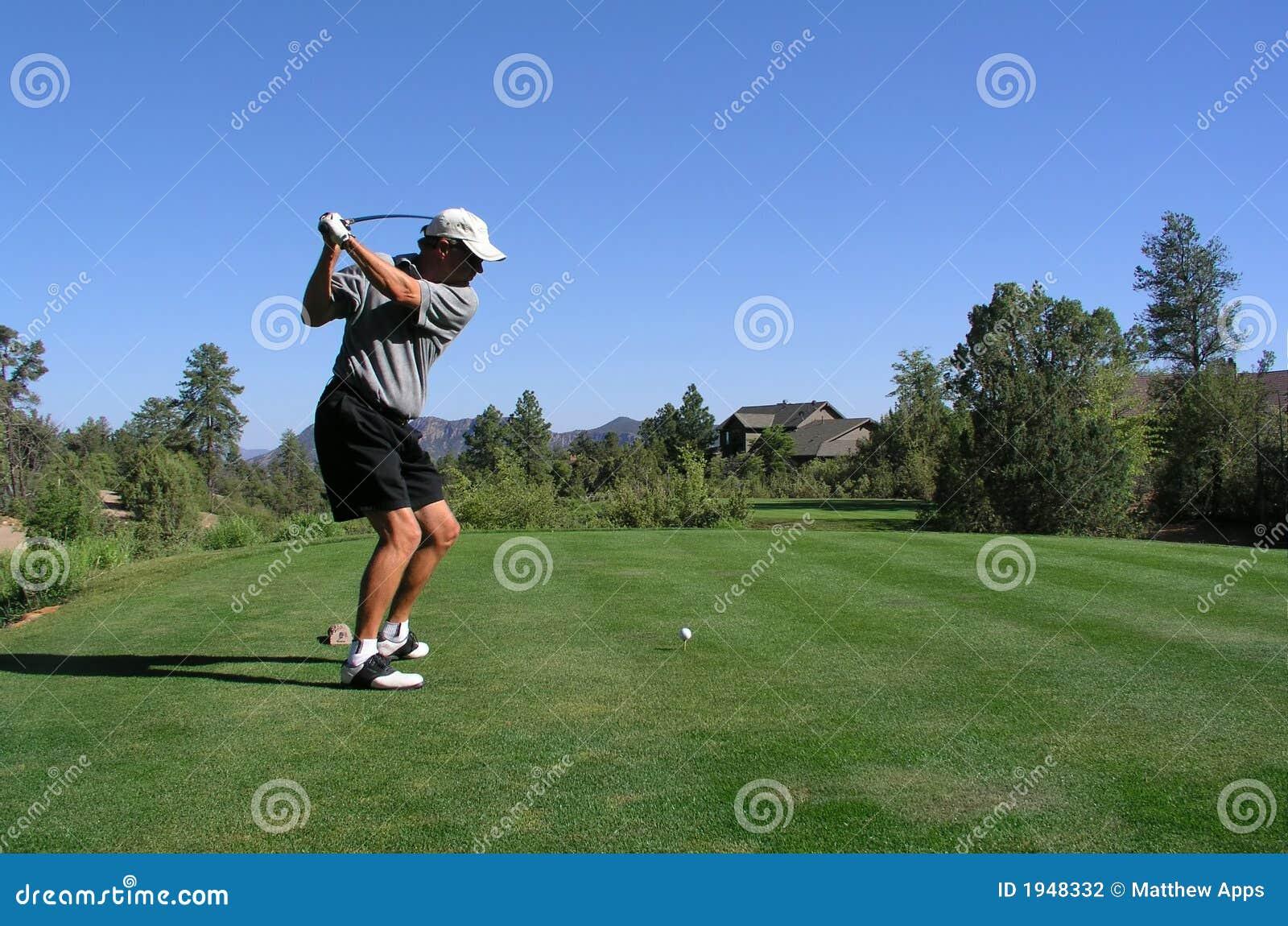 Golfista alrededor para conducir la pelota de golf apagado de la te