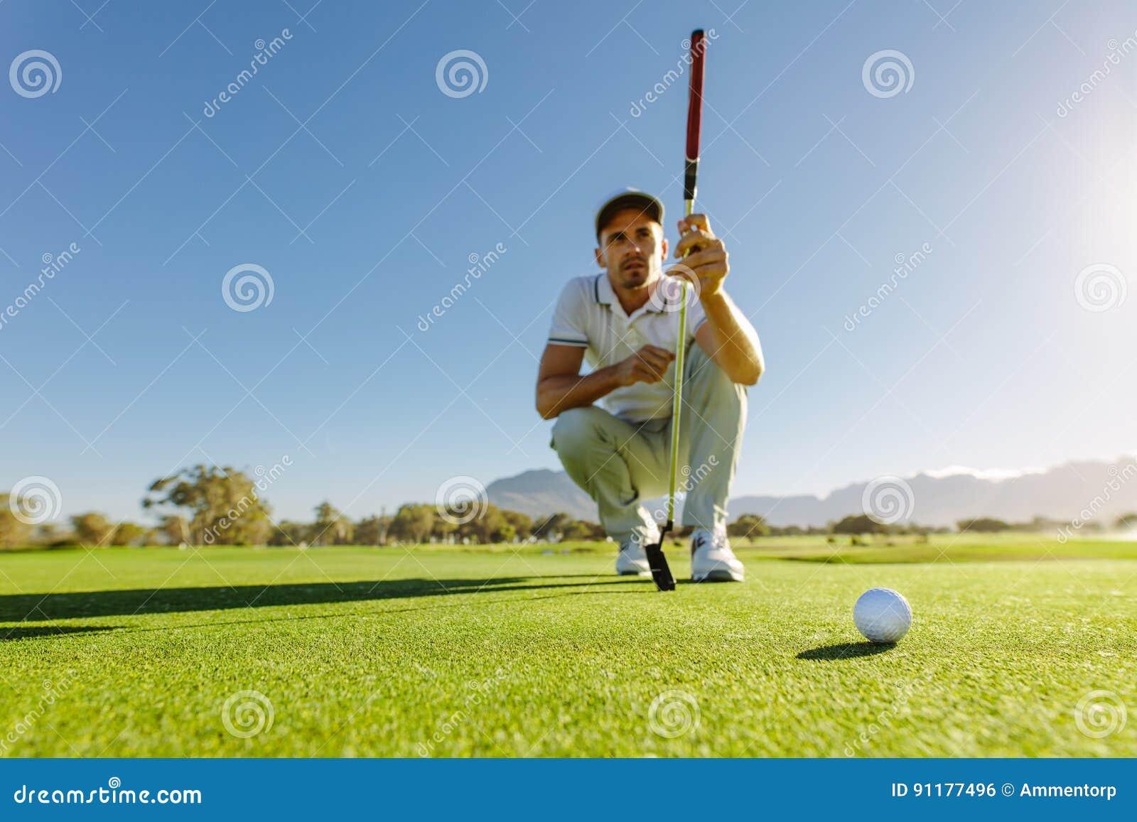Golfista nauka zieleń przed stawiać strzał