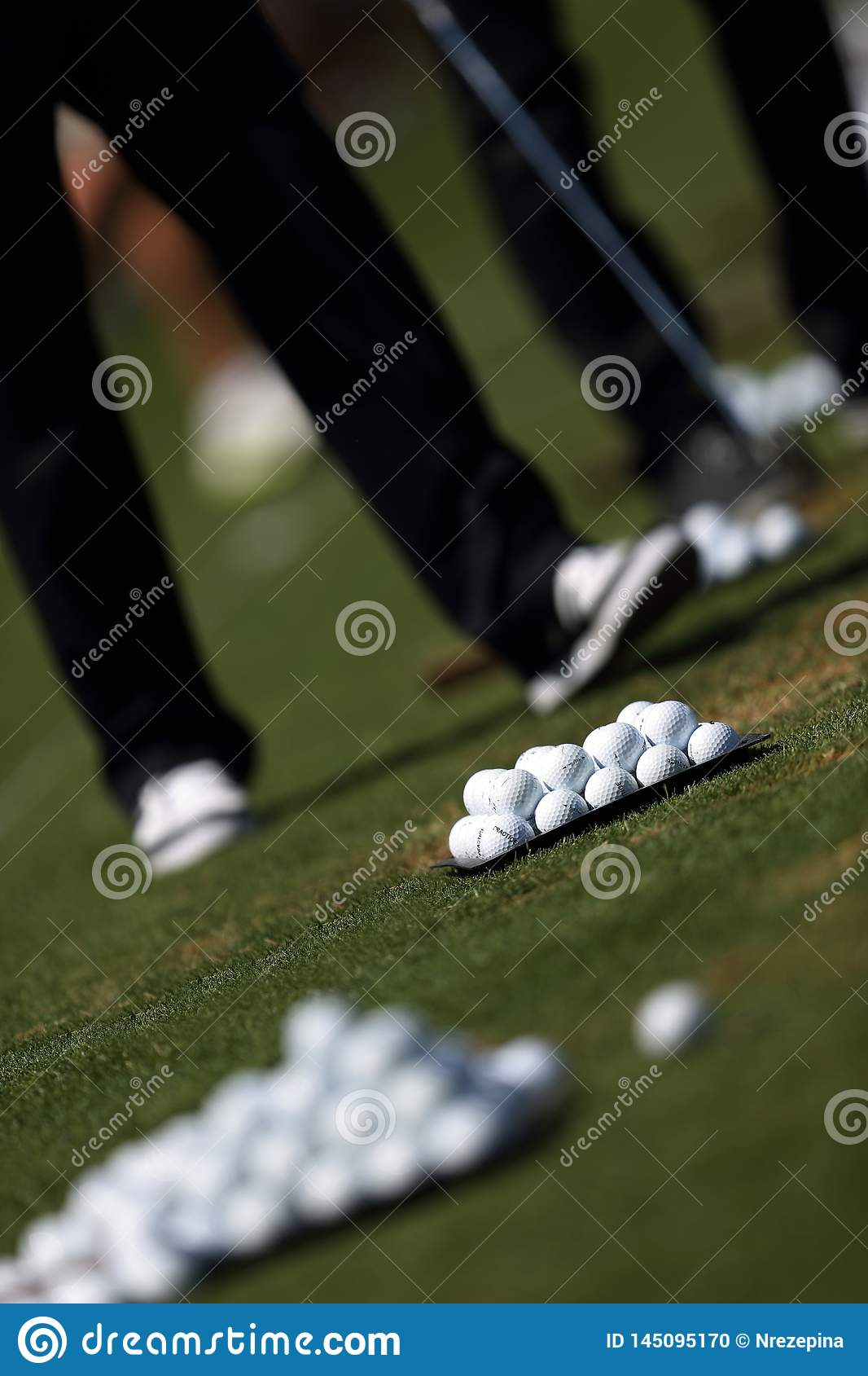 Golfista que juega a golf en un campo de golf