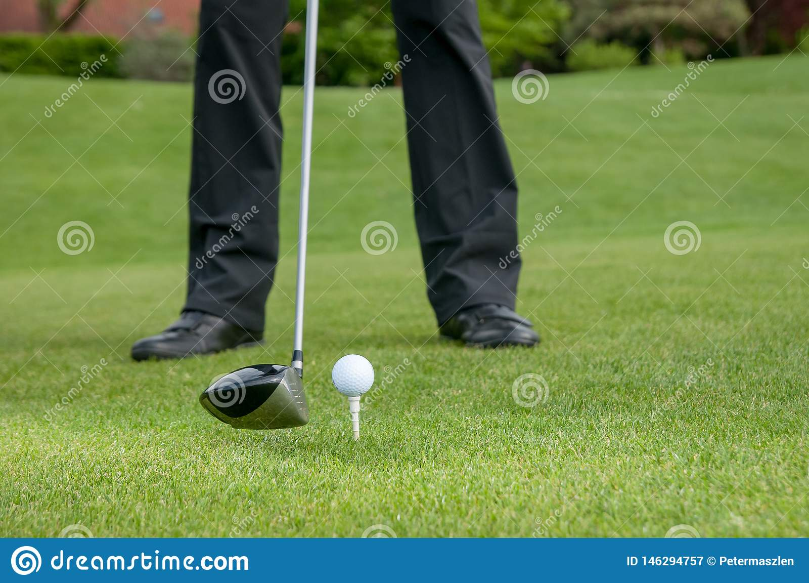 Golfista que junta con te apagado en el campo de golf