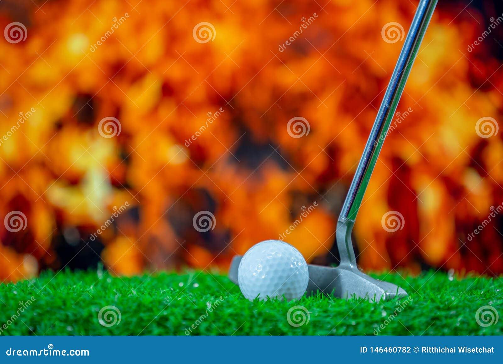 Golfklubb och golfboll p? gr?s