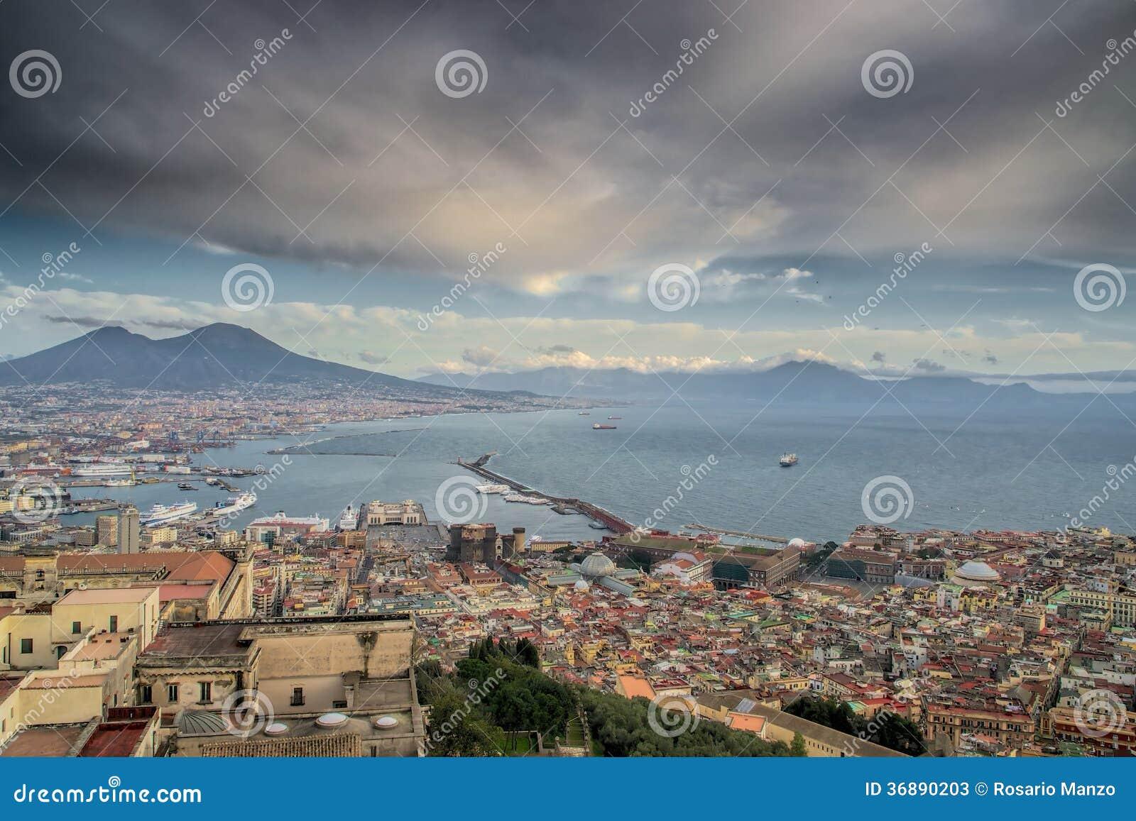 Download Golfo Del Giorno Nuvoloso Di Napoli Immagine Stock - Immagine di golfo, monumenti: 36890203
