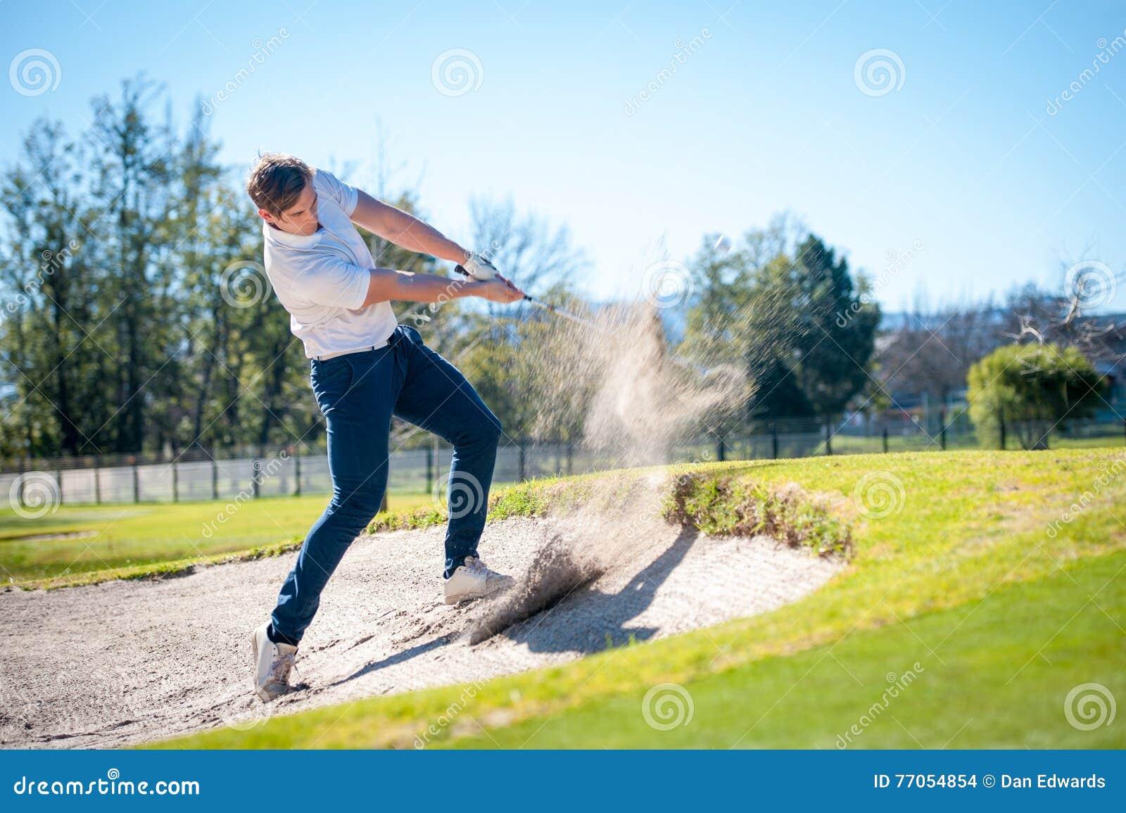 Golfspeler die die een spaander spelen op green wordt geschoten