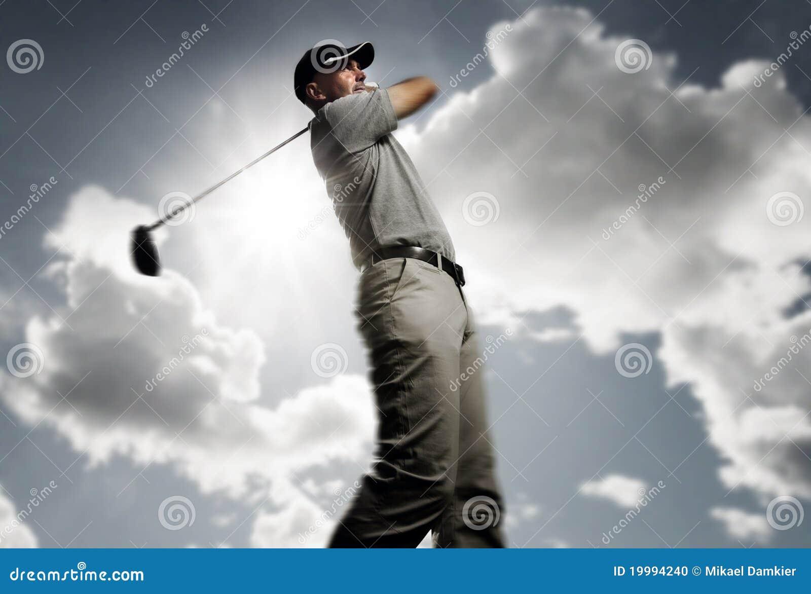 Golfspeler die een golfbal ontspruit