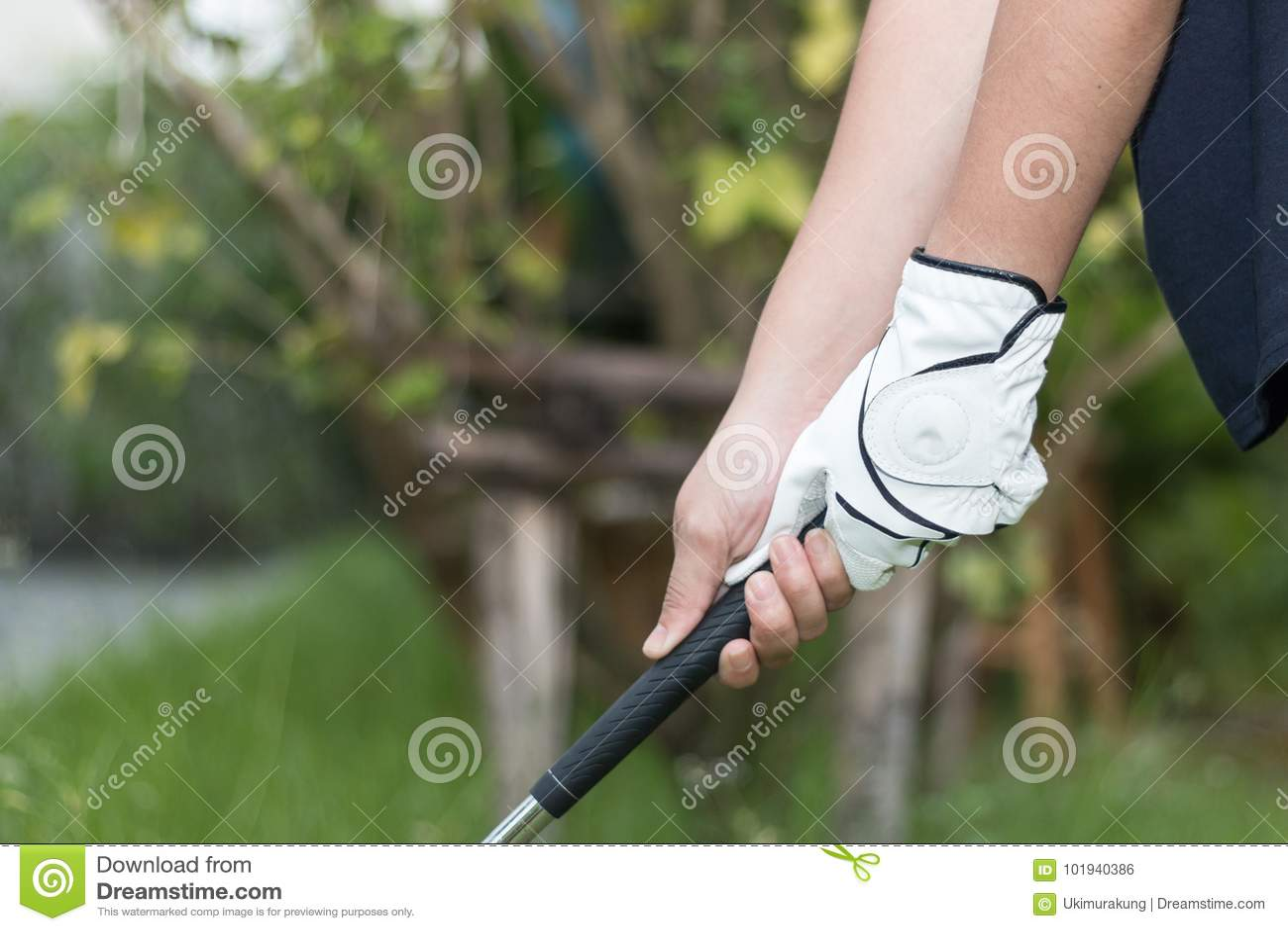 Golfspeler die witte handschoen holdiing golfclub dragen