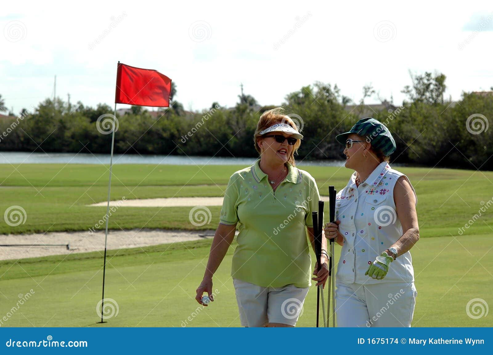 Golfspelpensionärkvinnor