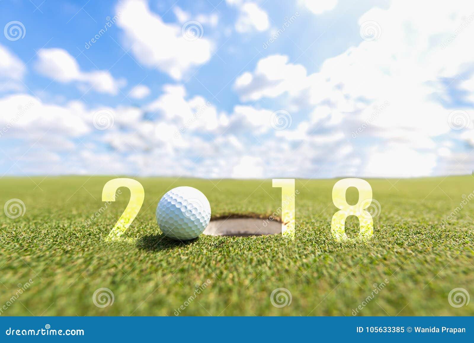 Golfsport-Begriffsbild Guten Rutsch ins Neue Jahr 2018 Golfball auf der grünen Fahrrinne