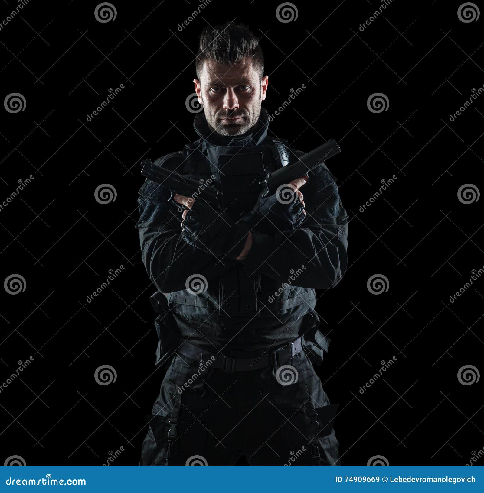 GOLPE do agente da polícia dos ops das especs. no estúdio uniforme preto