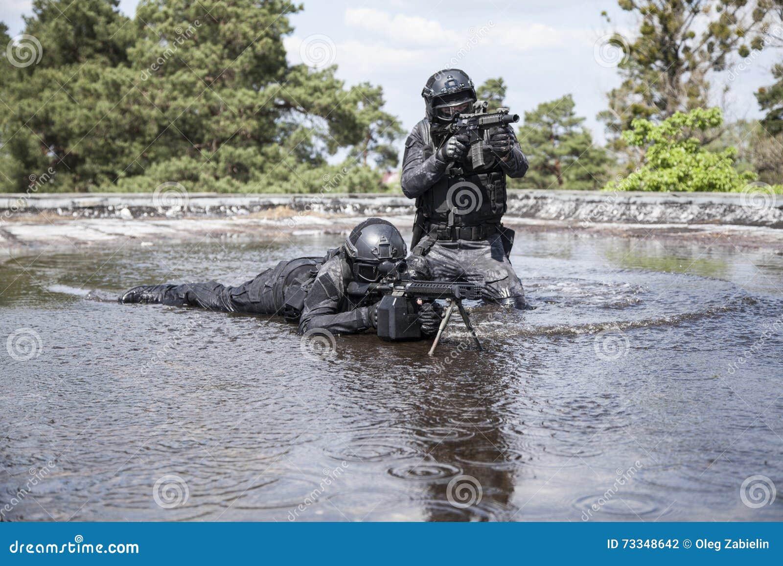 GOLPE dos agentes da polícia dos ops das especs. na água