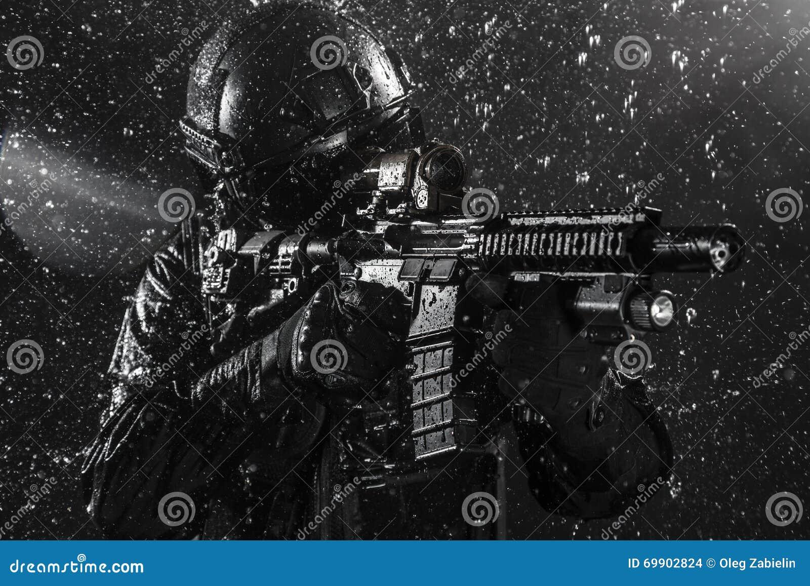 GOLPE VIOLENTO del oficial de policía de los ops de espec.