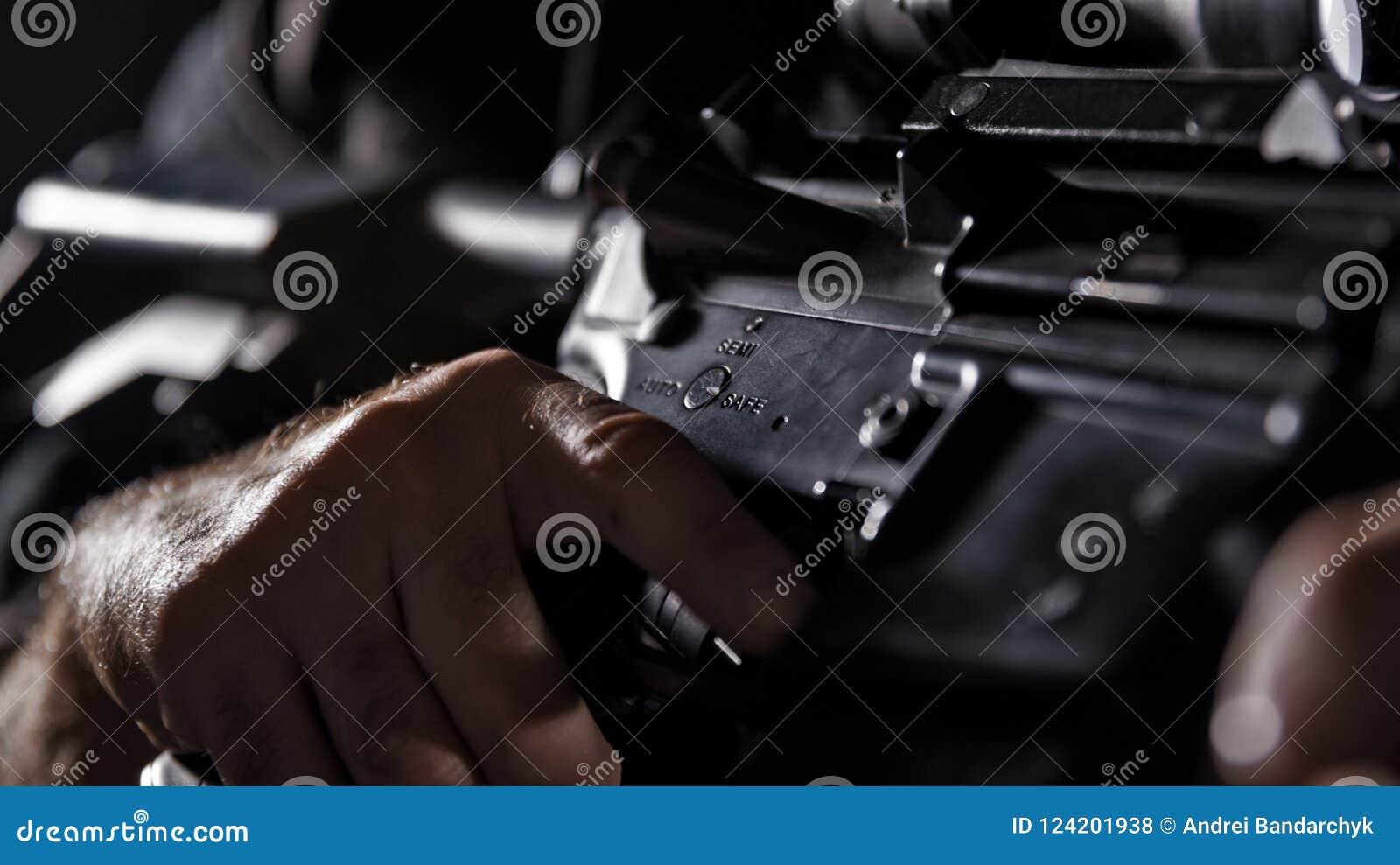 GOLPE VIOLENTO del oficial de policía de los ops de espec. en uniforme del negro