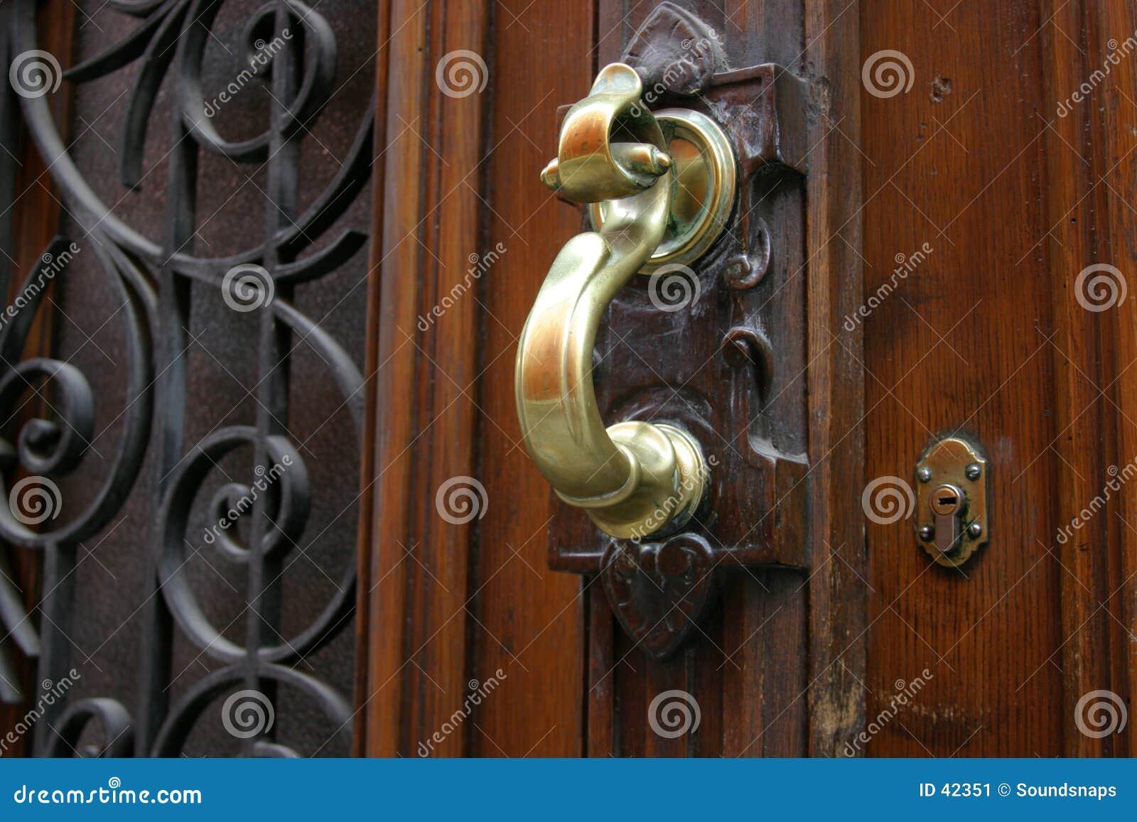 Download Golpeador De Puerta De Cobre Amarillo Imagen de archivo - Imagen de madera, maneta: 42351
