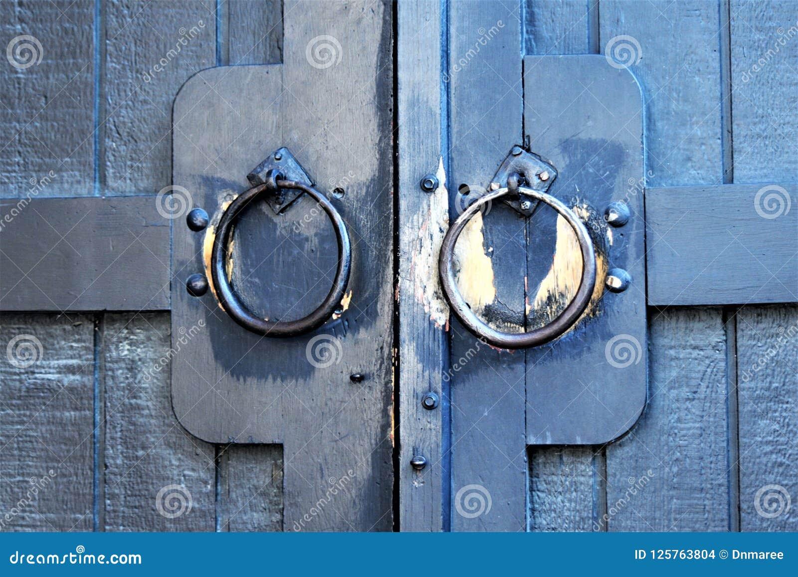 Golpeador de puerta en el edificio en el pueblo de Quechee, ciudad de Hartford, Windsor County, Vermont, Estados Unidos