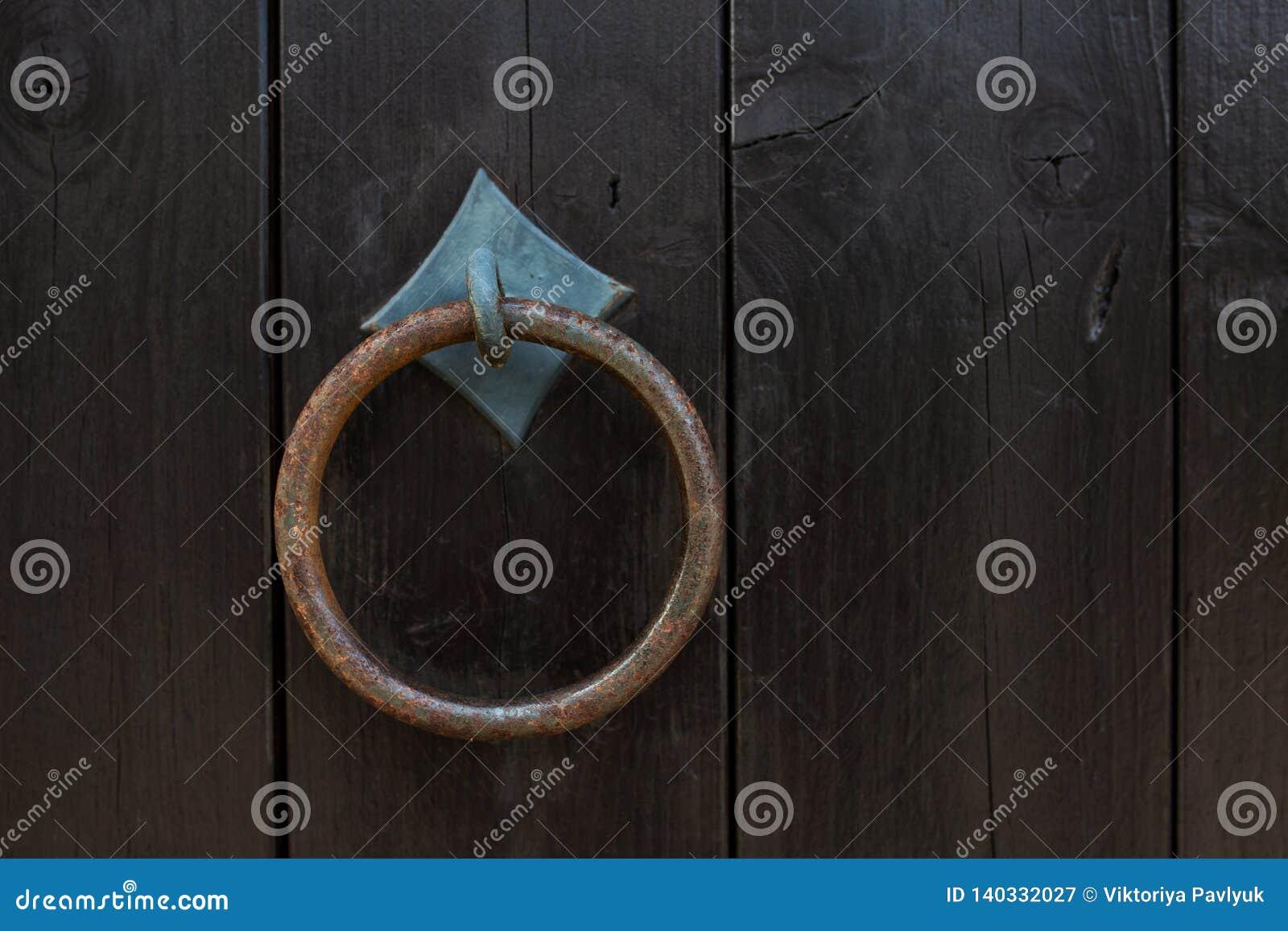 Golpeador del anillo de la puerta del vintage en una puerta de madera de la entrada Espacio vacío