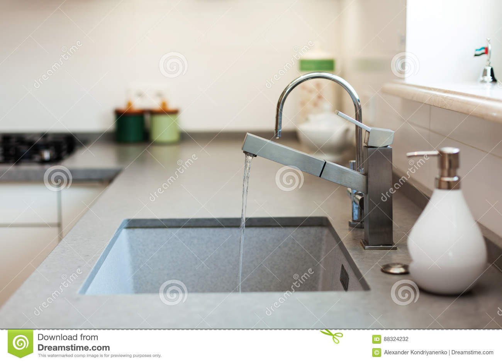 Golpecito De Agua Moderno Del Cromo Del Diseñador Sobre Fregadero De ...