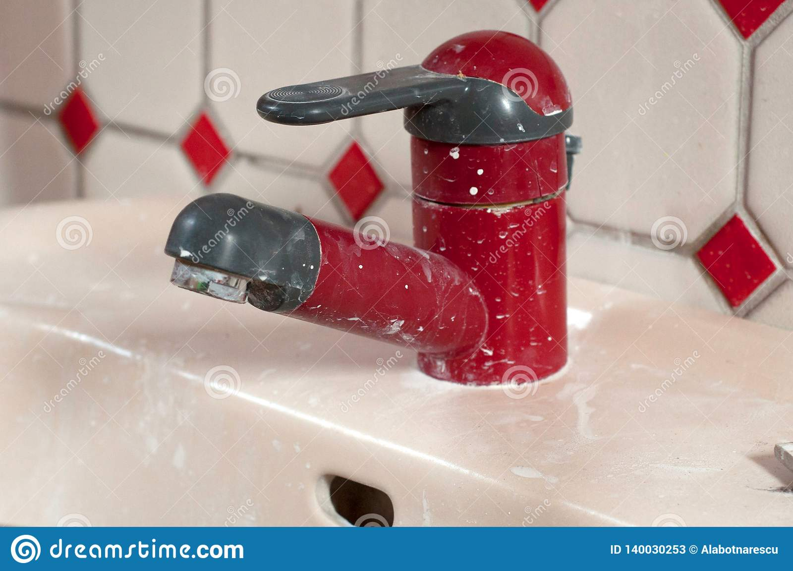 Golpecito de agua sucio rojo