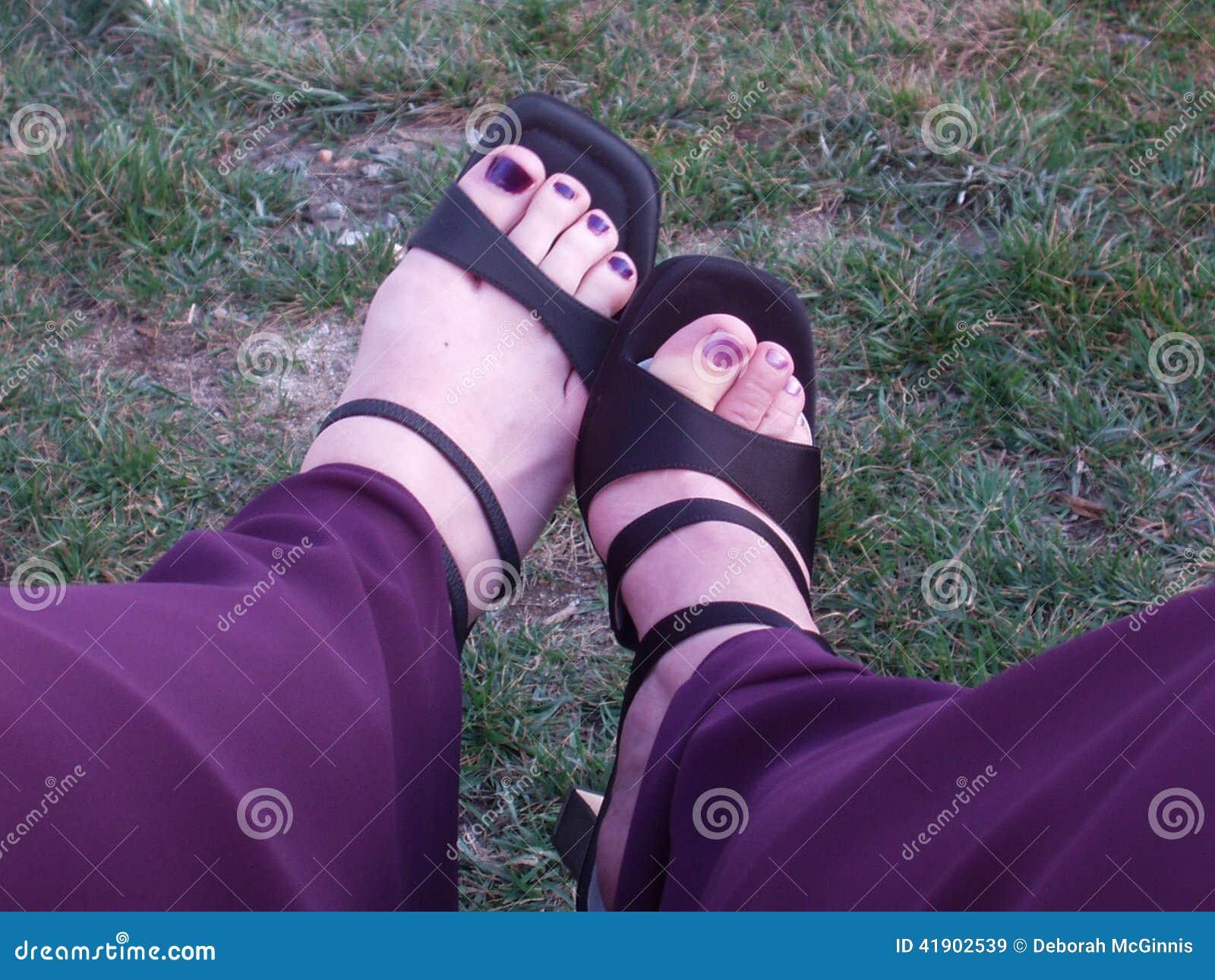 Golpee para arriba sus zapatos con el pie