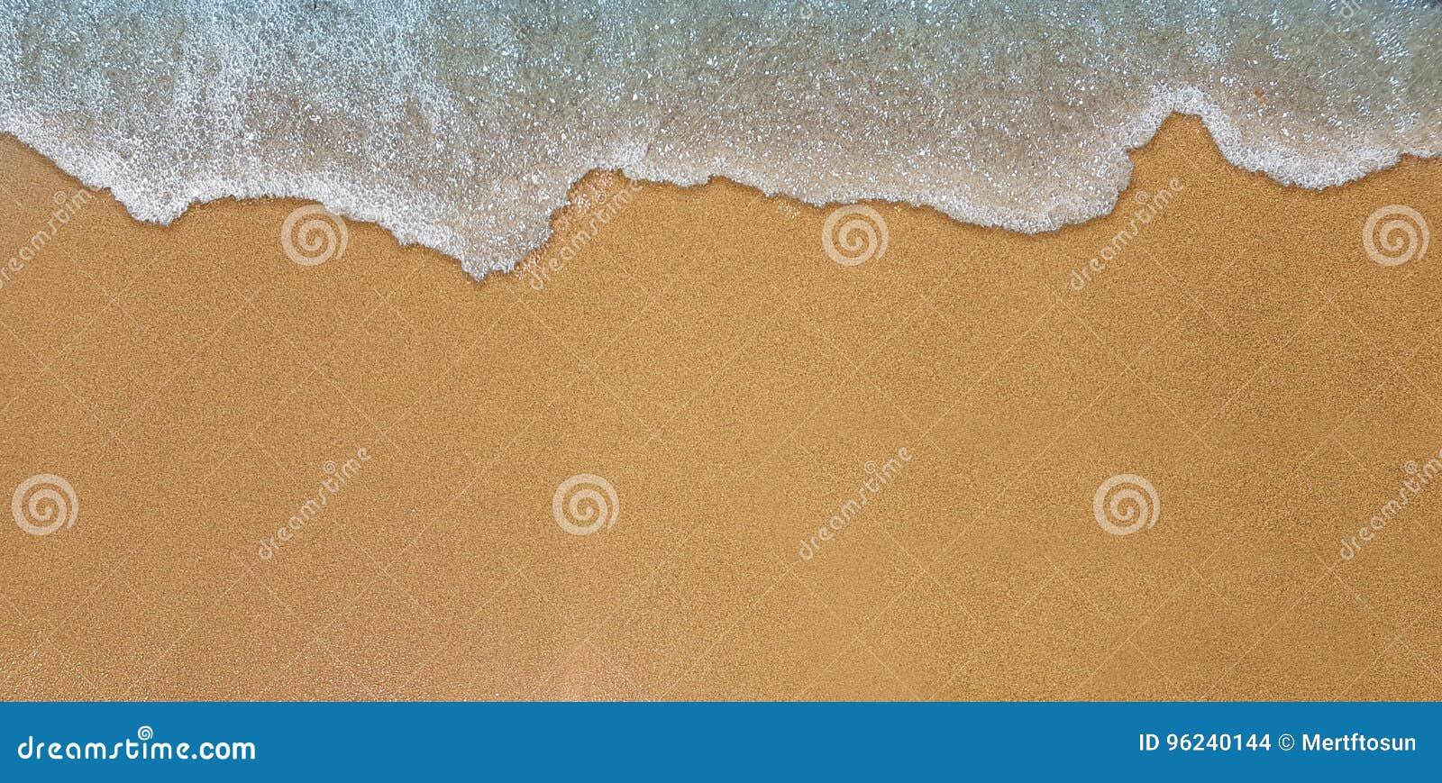 Golpes de la onda del mar en orilla de la arena