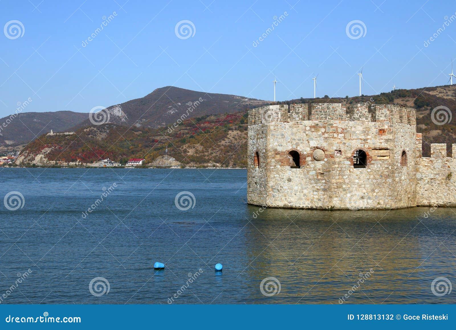 Golubac fästning på Danube River höstsäsonglandskap