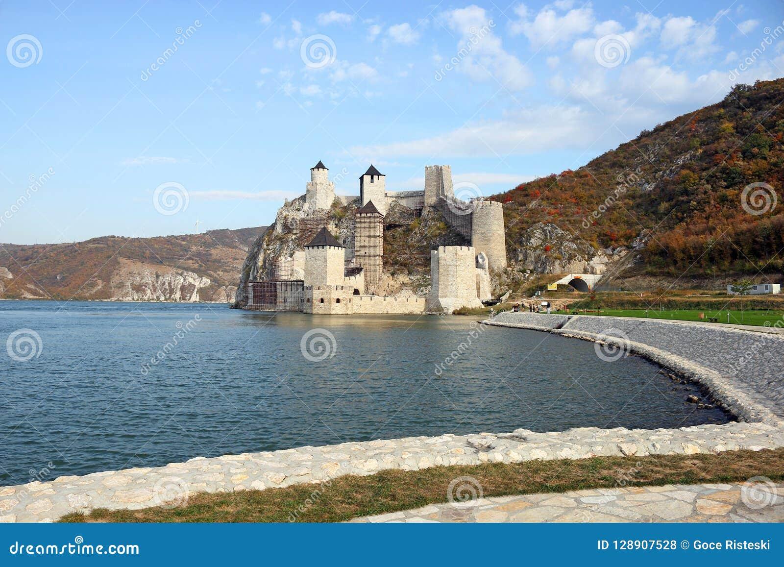 Golubac fästning på den Danube River höstsäsongen
