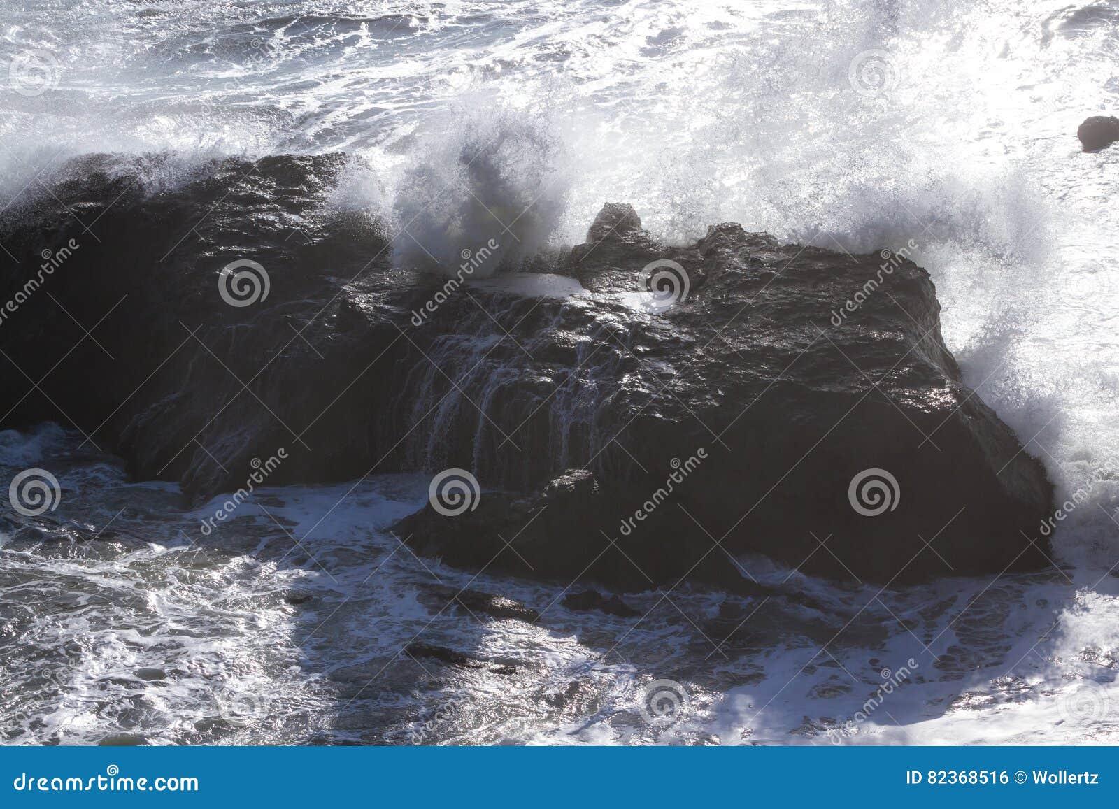 Golven die op de rotsen verpletteren