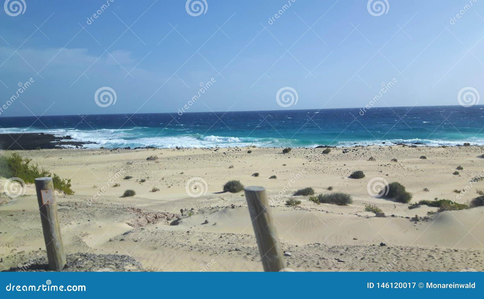 Golven en zand in Lanzarote op Vakantie
