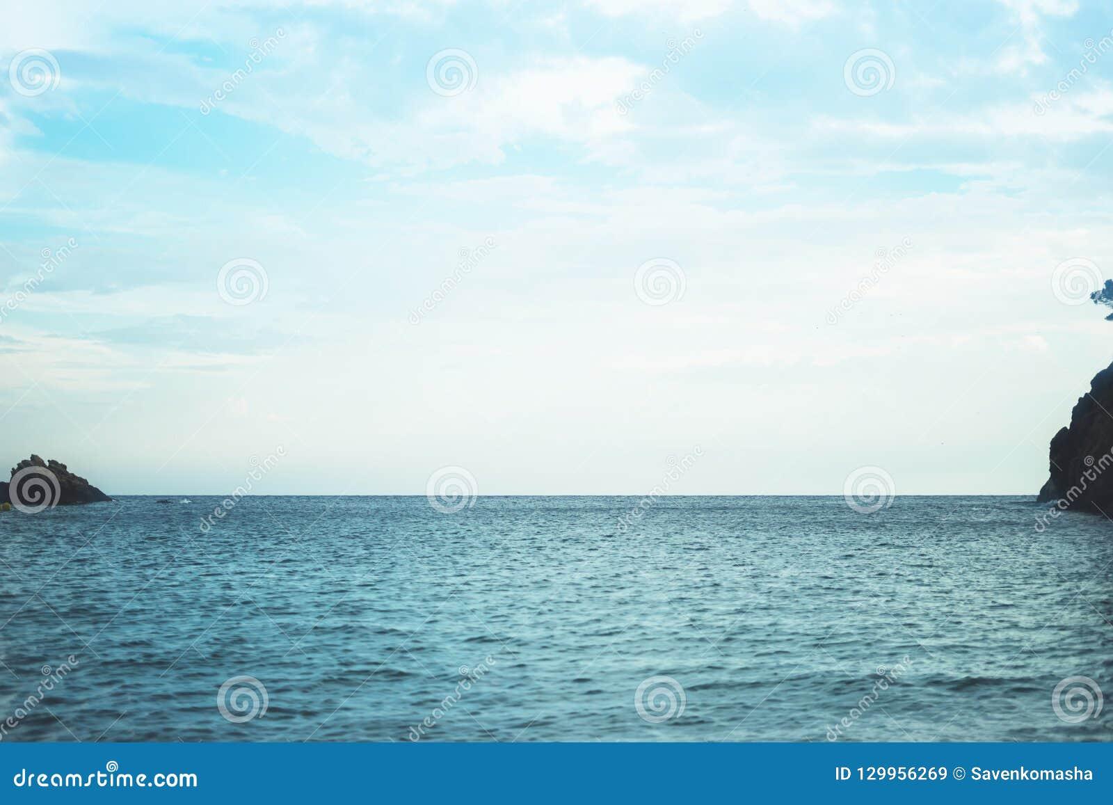 Golven van blauw stil oceaankustlandschap Achtergrondoverzees scape en de kustlijn van het zandstrand De aard van de het perspect