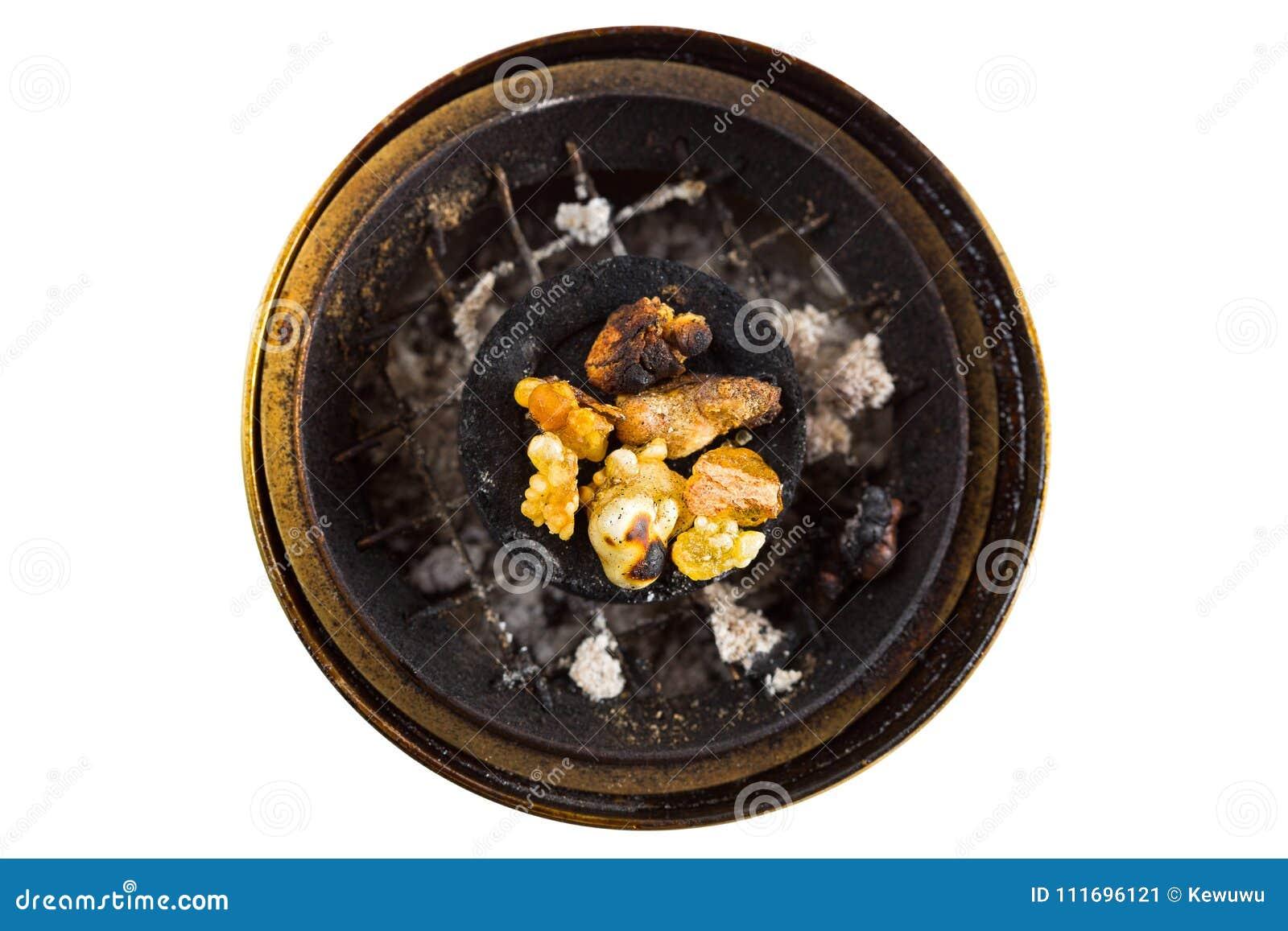 Goma amarela aromática da resina em queimar o carvão vegetal árabe no bronze