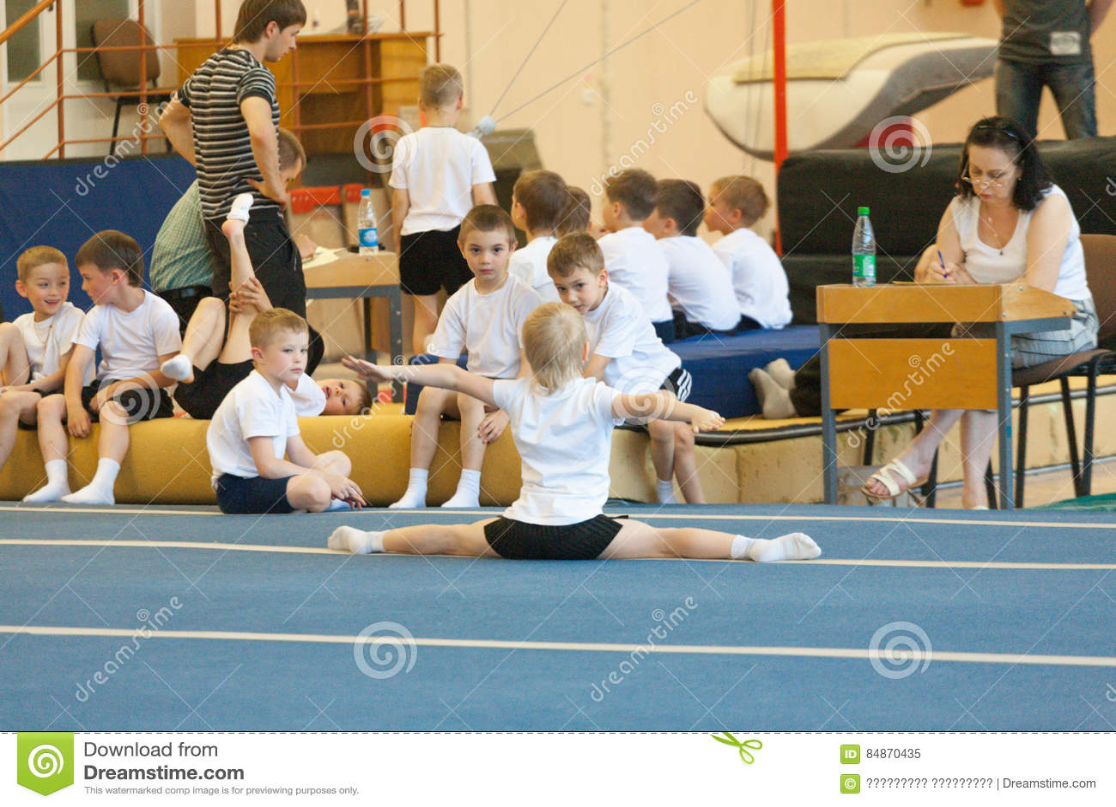Gomel, Λευκορωσία - 21 Μαΐου 2012: Ο ανταγωνισμός μεταξύ των αγοριών το 2006-2007 στη γυμναστική Πειθαρχία - γενική φυσική κατάρτ