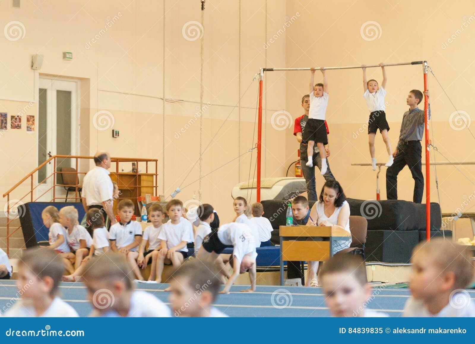 Gomel, Belarus - 21 mai 2012 : La concurrence parmi les garçons en 2006-2007 en gymnastique Discipline - formation physique génér
