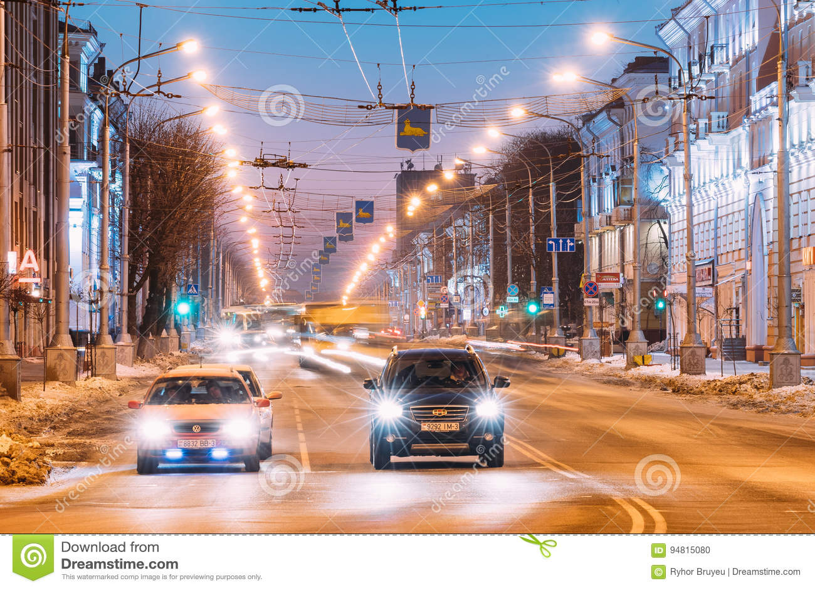 Gomel, Bielorrússia Carro de Volkswagen e carro chinês Geely Emgrand EX7