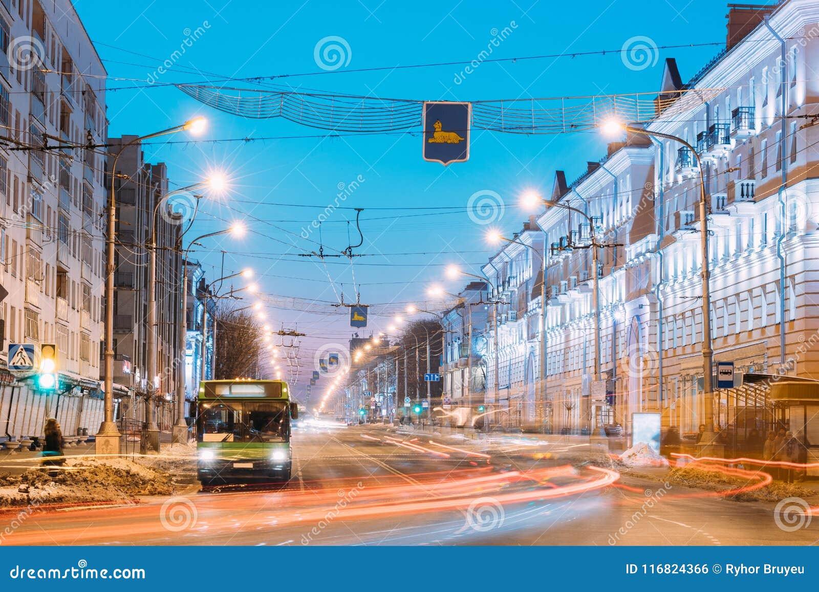 Gomel, Bielorrússia Tráfego da manhã, ônibus público na rua da avenida de Lenina