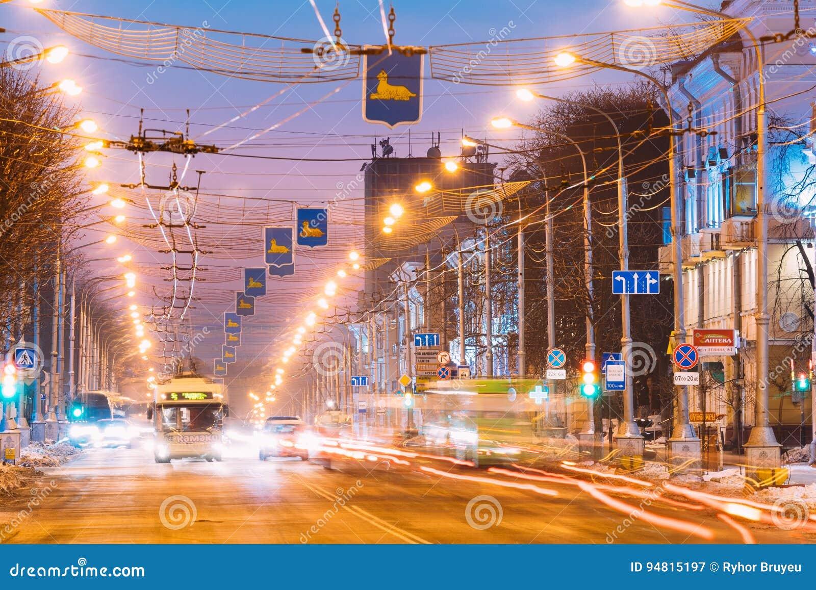 Gomel, Bielorrússia Tráfego da manhã, ônibus bonde público na rua da avenida de Lenina no nascer do sol