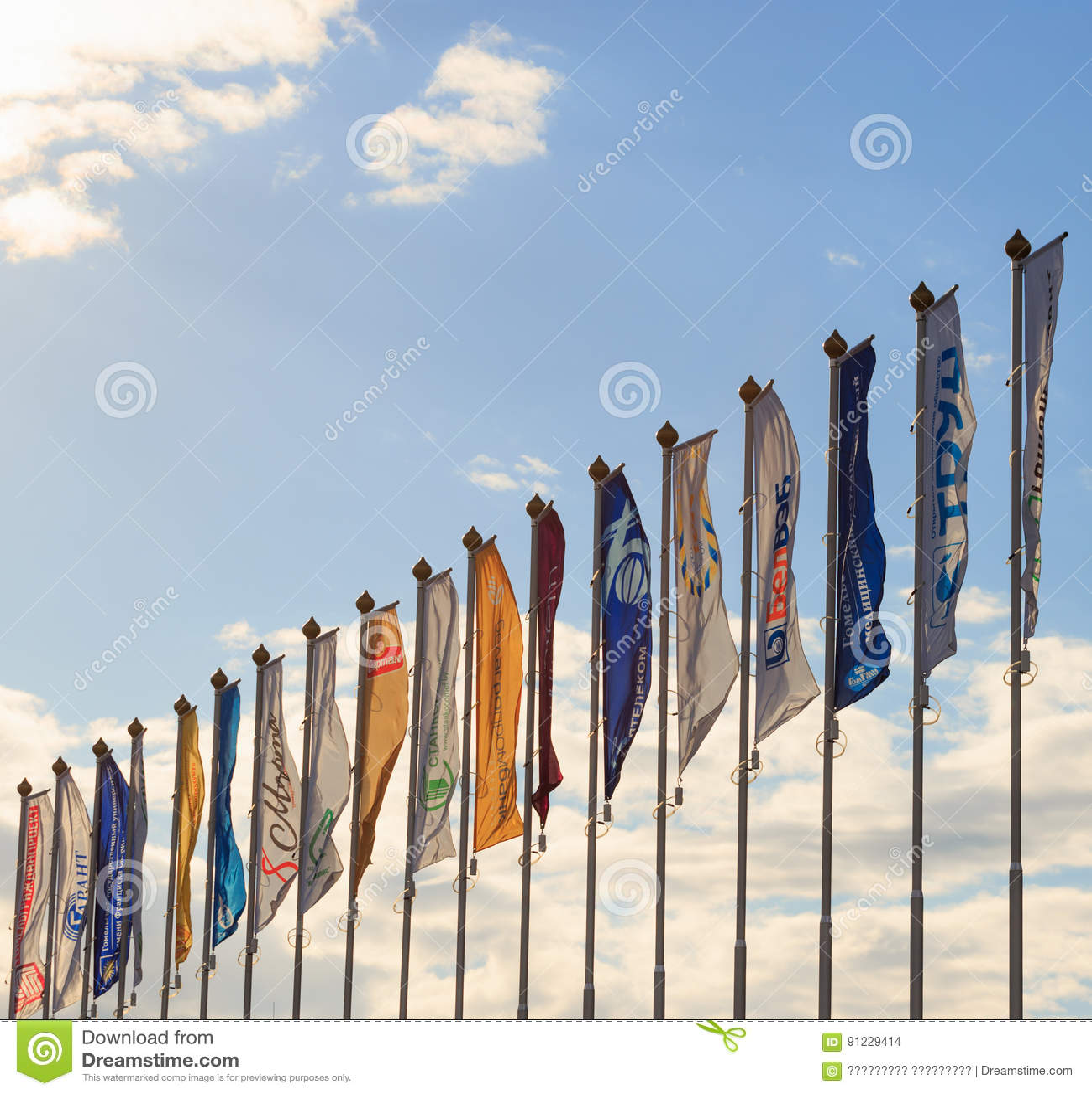 GOMEL, BIELORRUSIA - 16 de abril de 2017: Muchas banderas en astas de bandera en el viento