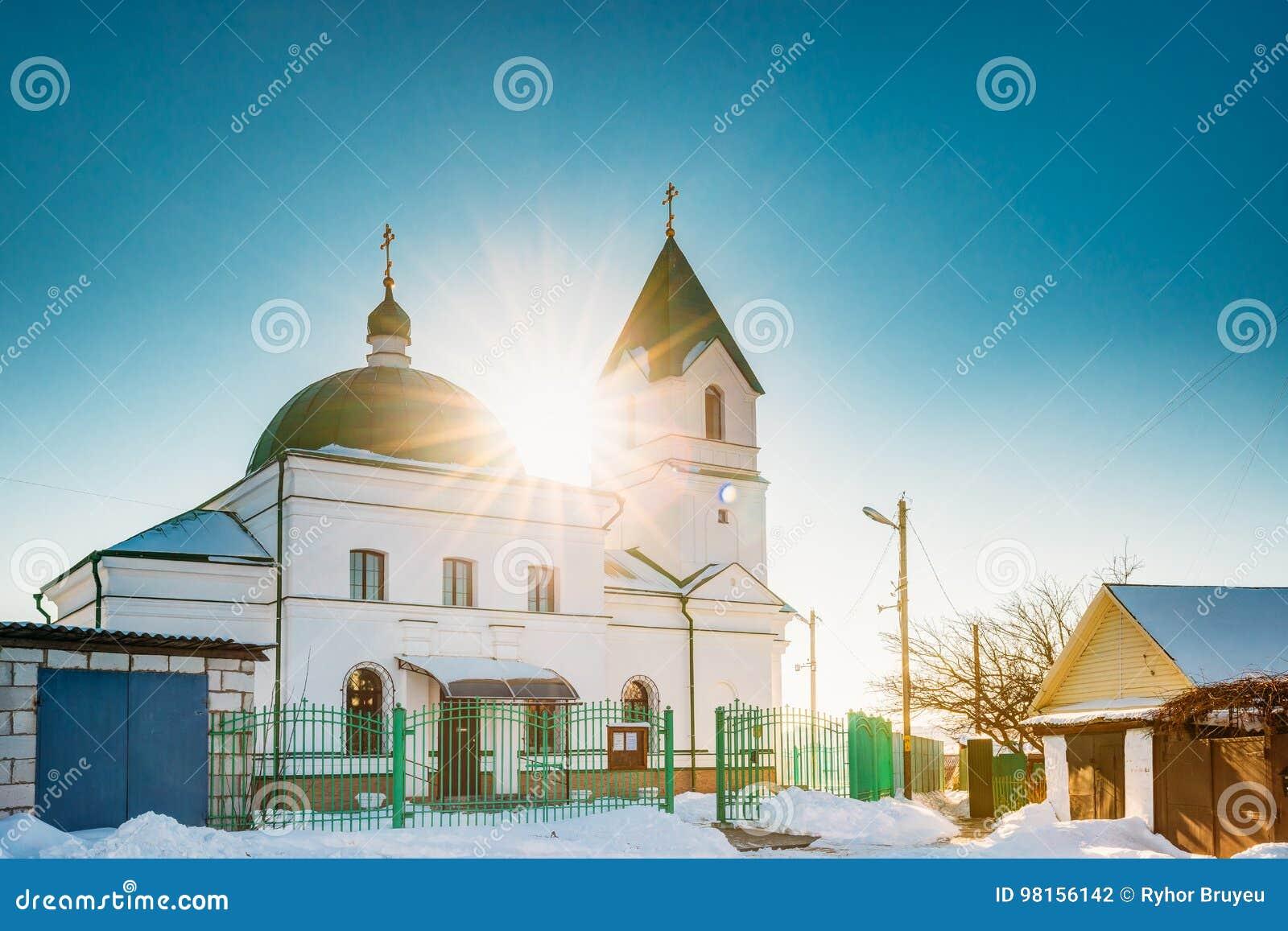 Gomel, Bielorrusia Sun que brilla sobre la iglesia del día de invierno del St Nicholas The Wonderworker In Sunny