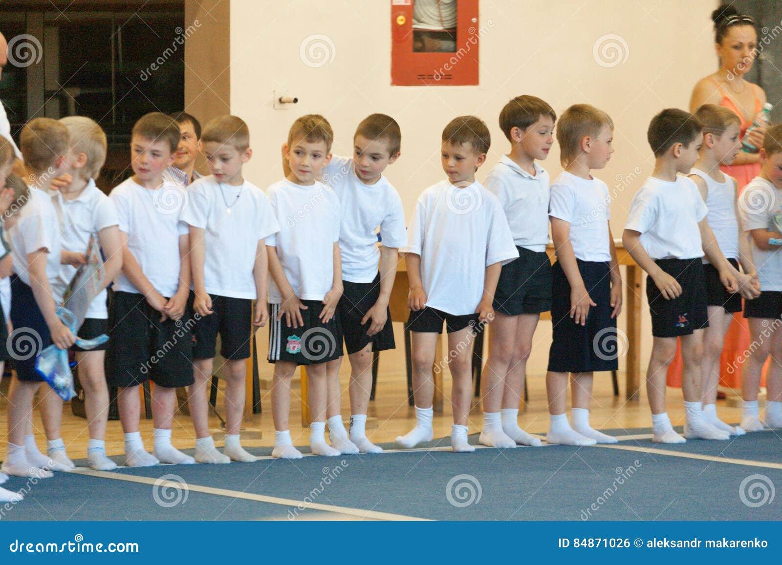 Gomel Vitryssland - MAJ 21, 2012: Konkurrensen bland pojkarna i 2006 - 2007 i gymnastik Disciplin - allmän gymnastik