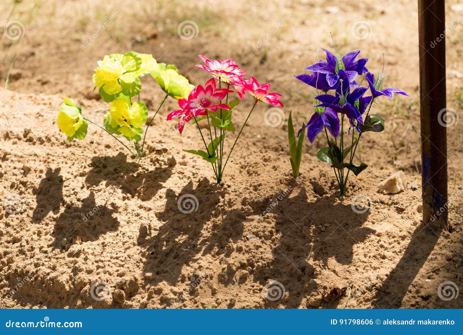 GOMEL, WIT-RUSLAND - Mei 3, 2017: graven met kruisen in de Orthodoxe begraafplaats