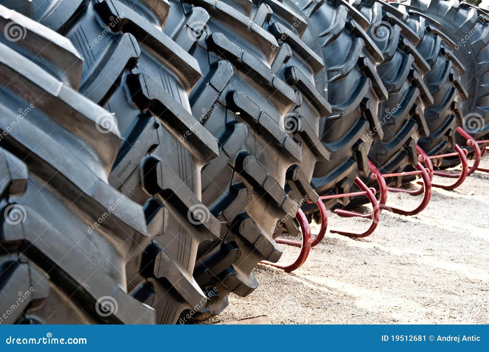 Gomme del trattore immagine stock immagine di gomma for Pila pneus