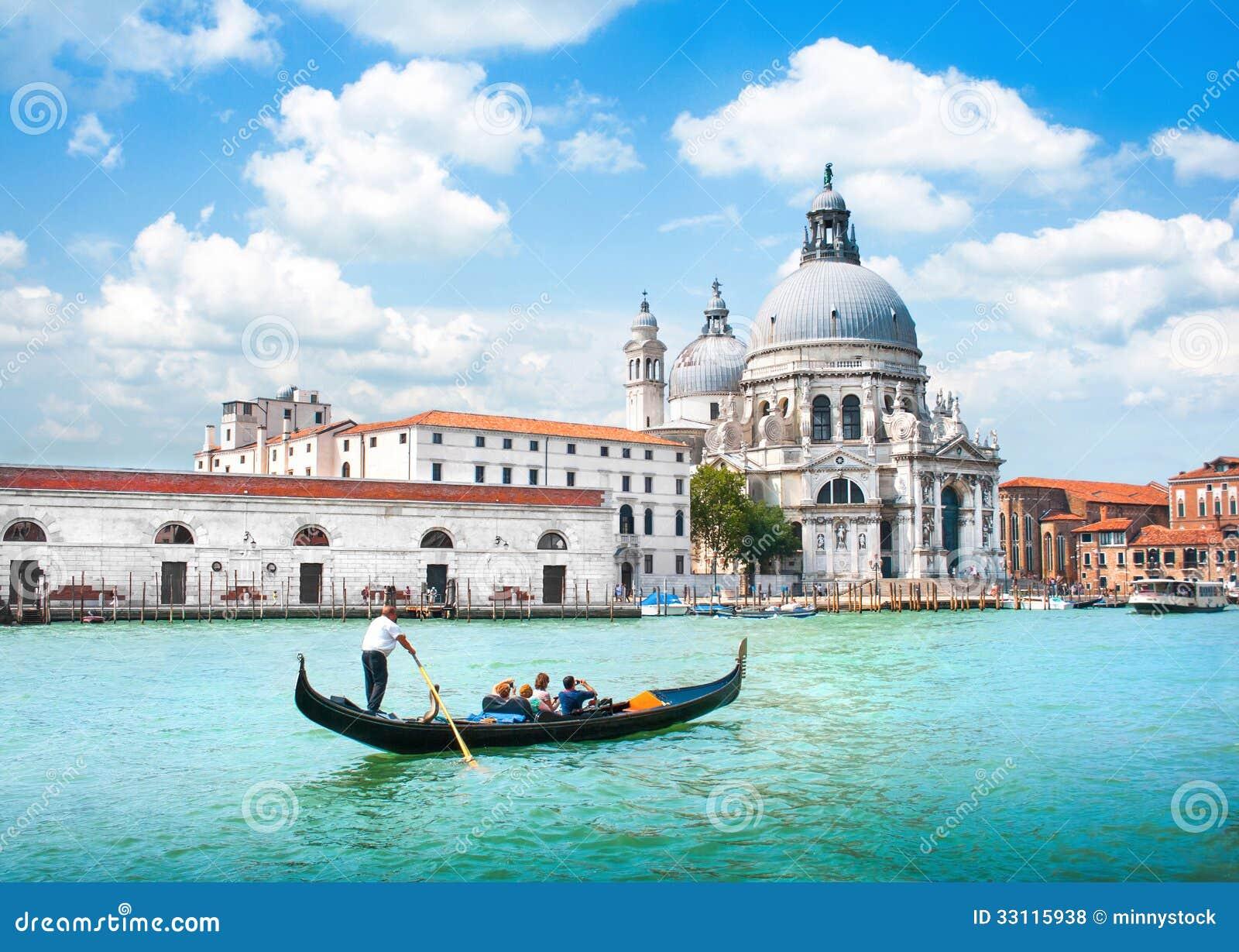 Gondel op Kanaal Grande met Basiliekdi Santa Maria della Salute, Venetië, Italië