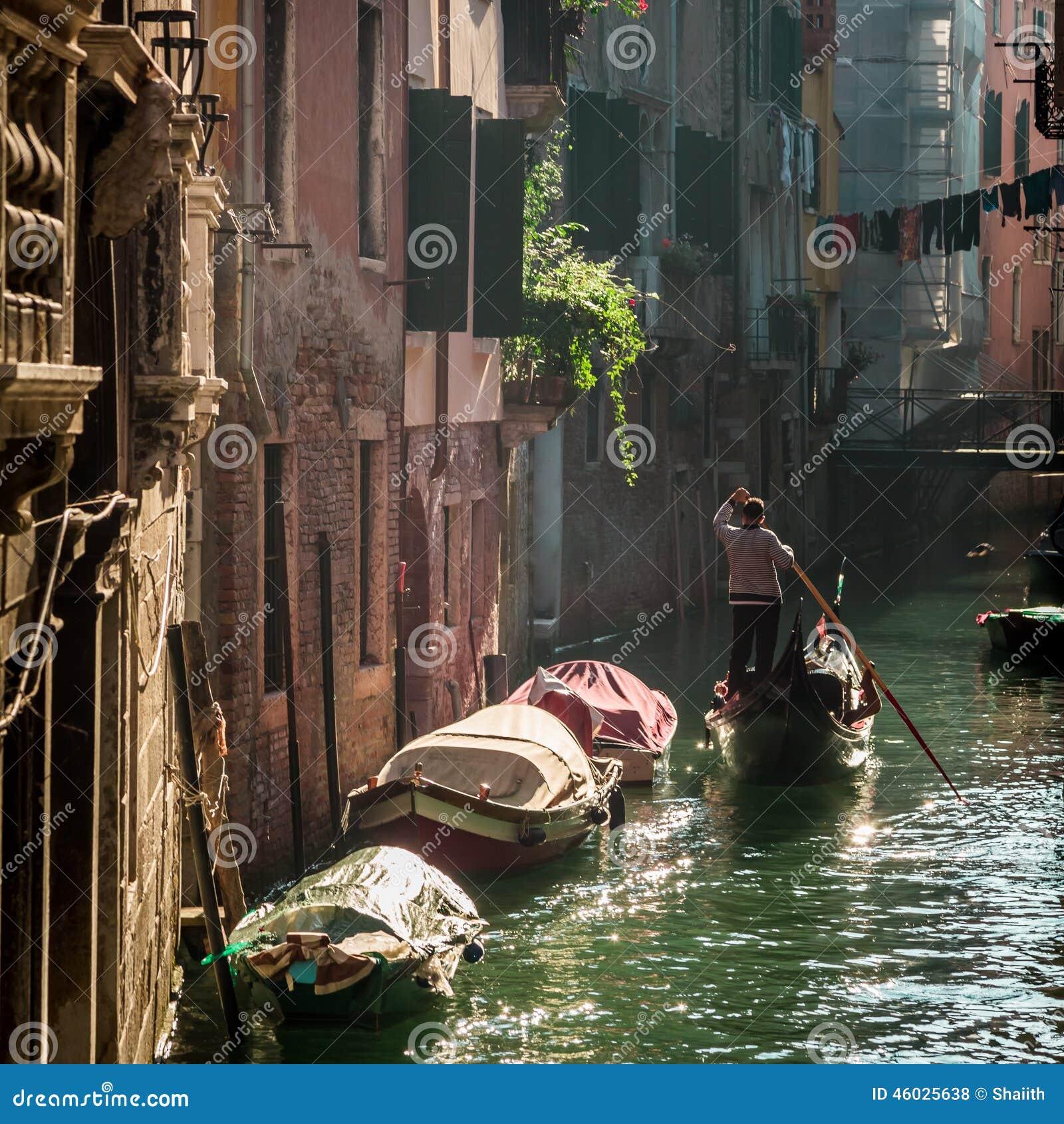 Gondelier Floating in een kanaal in Venetië