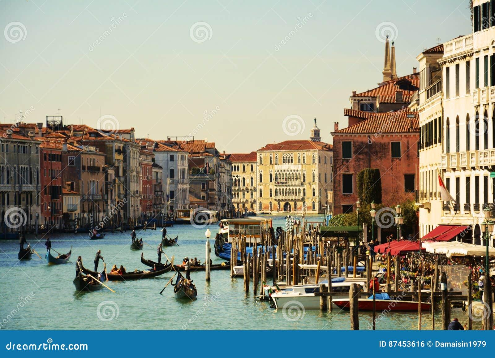 Gondels op Grand Canal, van Rialto-brug, Venetië, Italië, Europa