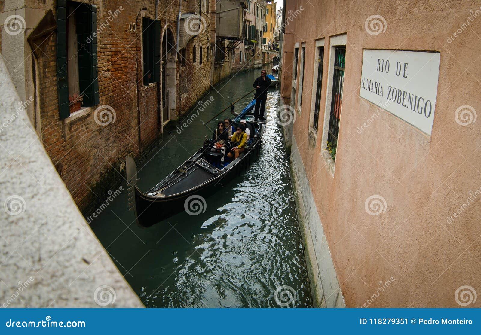 Gondola sul canale a Venezia