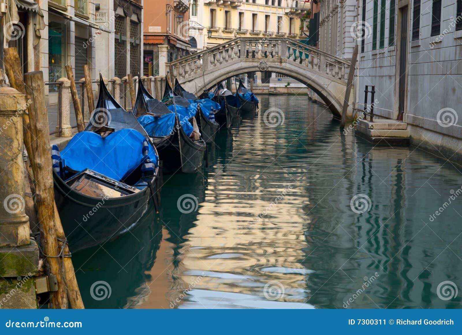 Gondole sul canale veneziano.