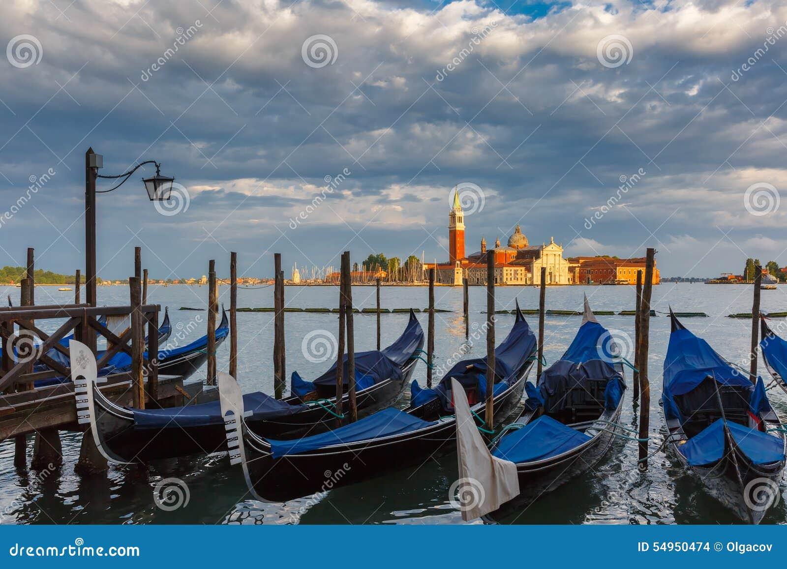 Gondoler i den Venedig lagun efter stormen, Italia